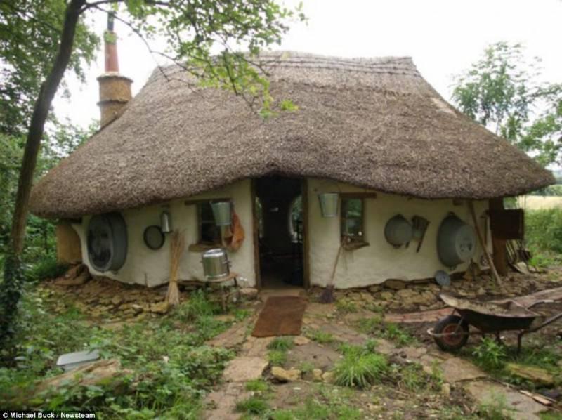 Ovaj farmer je izgradio udobnu malu kolibu za 200 eura