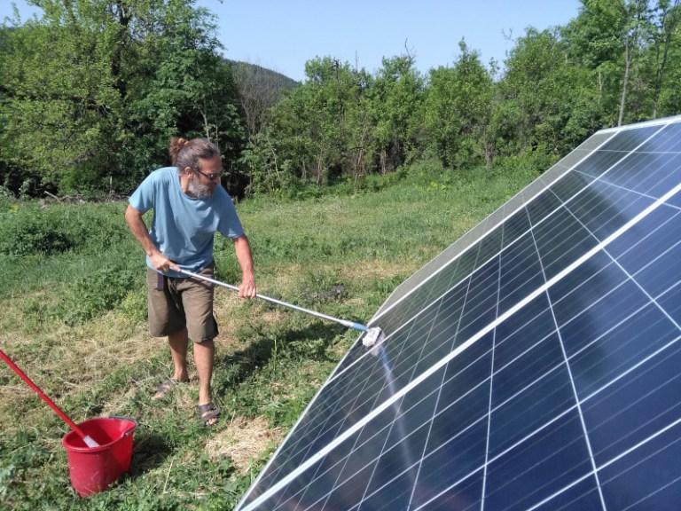 Milan čisti solarne panele